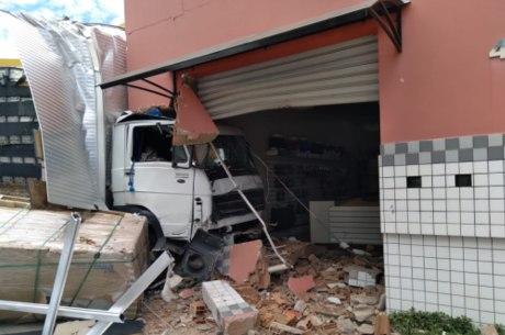 Caminhão invadiu a fachada de uma loja