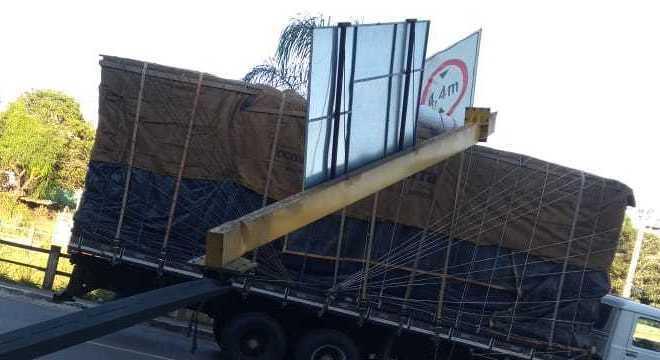 Caminhão derruba placa de sinalização em Contagem (MG)