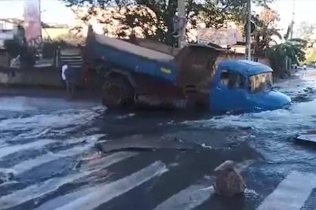 Caminhão afundou em Contagem (MG)
