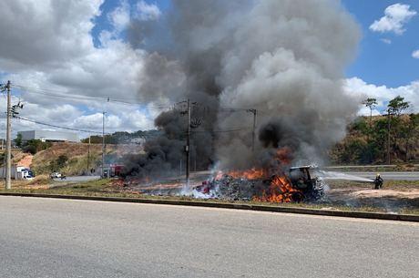 Caminhão ficou completamente destruído pelo fogo
