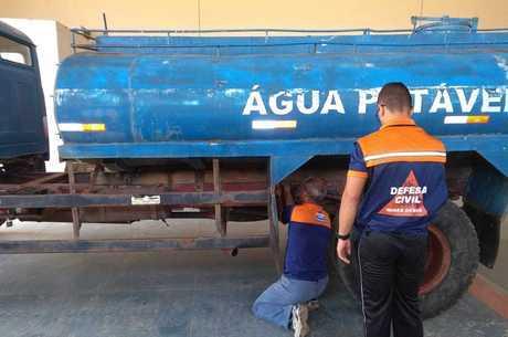 Caminhões-pipa levam água para população