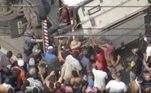 O caminhão que tombou por volta das 7h desta terça-feira (8)na altura do km 288 da rodovia Régis Bittencourt, em Itapecerica da Serra, gerou briga entre as pessoas que queriam obter a carne transportada dentro do veículo com policiais que acompanhavam o resgate