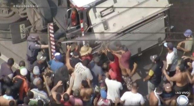 Queda do caminhão durante resgate gerou conflito entre policiais e populares