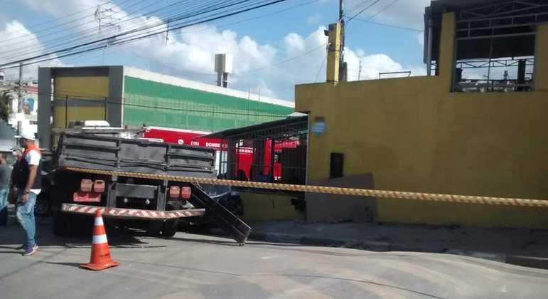 Caminhão sem freio atinge carros estacionados e muro de adega em Francisco Morato (SP)