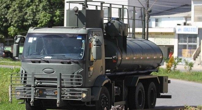 Polícia escolta caminhão-tanque em Recife (PE) nesta terça-feira