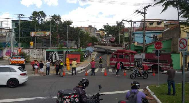 Caminhão tanque tomba e atinge pelo menos três casas na zona leste de SP