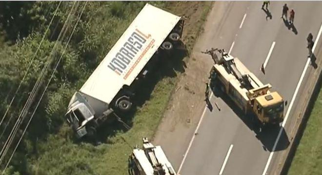 Caminhão que transportava geladeiras tomba na Régis Bittencourt