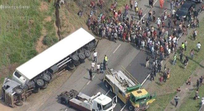 Multidão respeitou o resgate até o momento em que caminhão caiu outra vez
