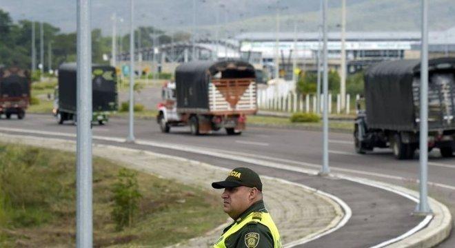 Com ponte bloqueada, vários caminhões com alimentos e medicamentos foram enviados para um centro de coleta em Cúcuta, Colômbia