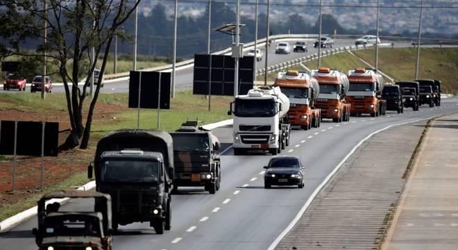 Caminhões com querosene de aviação são escoltados em rodovia de Goiás