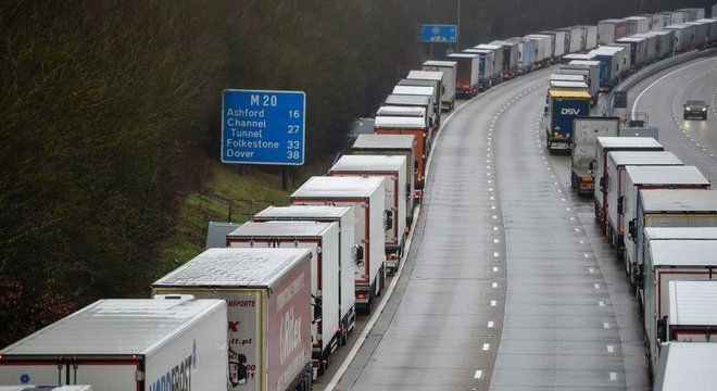 França anunciou fechamento de sua fronteira com Reino Unido por 48 horas, impedindo saída de caminhões do porto de Dover