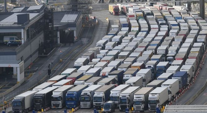 Centenas de caminhões esperam para cruzar o Canal da Mancha no porto de Dover