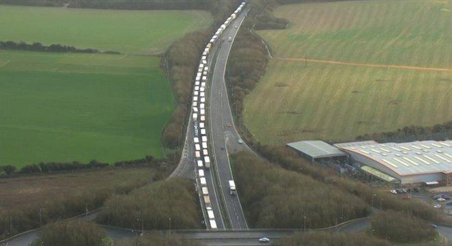 Caminhões esperam para cruzar o Canal da Mancha