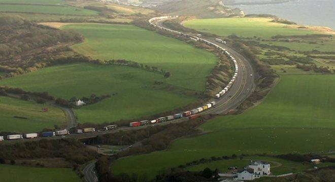 Cerca de 1.500 caminhões aguardam em fila no Reino Unido permissão para cruzar o Canal da Mancha em direção ao continente europeu