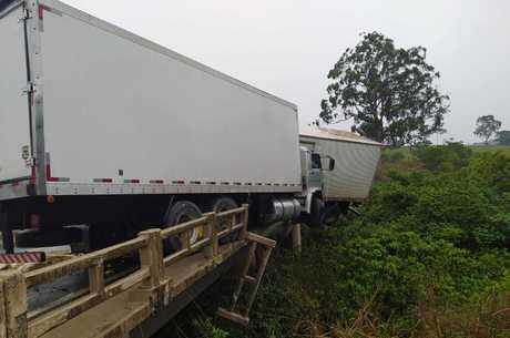 Veículos bateram de frente em cima da ponte em Minas