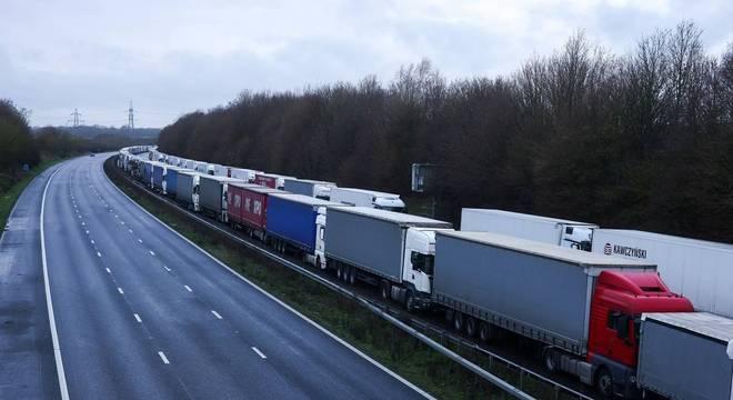 Caminhões parados em rodovia que leva à cidade portuária de Dover
