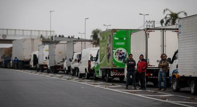 Caminhoneiros mantêm bloqueio na Régis Bittencourt, que liga SP a Curitiba