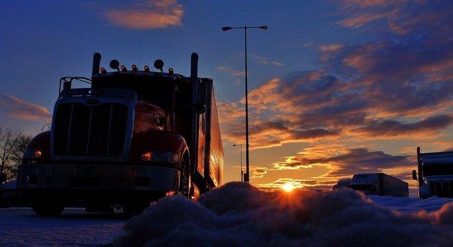 Caminhoneiros, caminhões, transportes, estrada