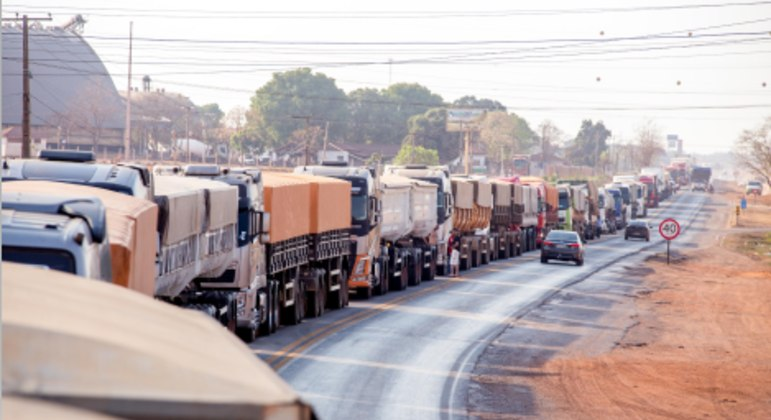 Caminhoneiros fazem paralisação em estradas que dão acesso ao estado do Mato Grosso