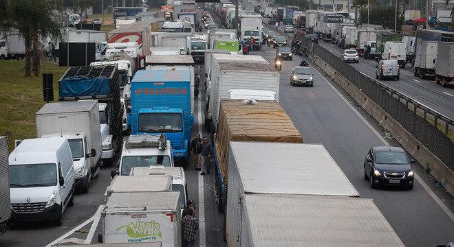 Caminhoneiros bloqueiam Régis Bittencourt, na altura de Embu das Artes (SP)