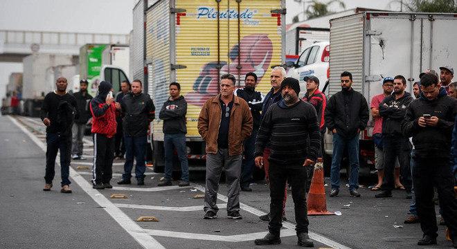 Caminhoneiros fecham trecho da Régis Bittencourt, na altura de Embu das Artes (SP)
