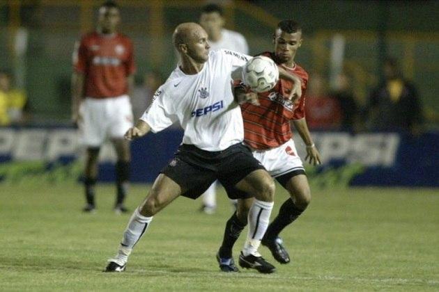 Camisa 1 do Corinthians em 2004 - Manto todo branco com o símbolo do clube no centro do peito