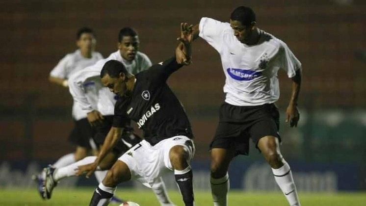 Camisa 1 do Corinthians em 2007 - Diferença para a versão do ano anterior é a ausência do detalhe em preto nas mangas