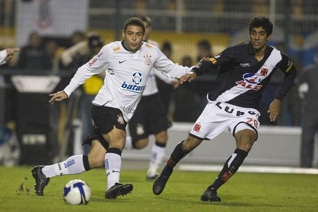 Camisa 1 do Corinthians em 2009 - Praticamente toda branca com detalhe em preto no pescoço e na altura da cintura