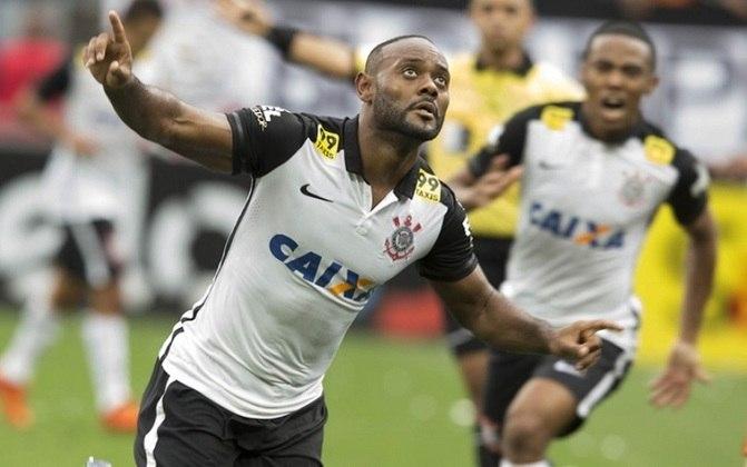 Camisa 1 do Corinthians em 2015 - Mangas, ombros e gola polo todos em preto, e uma listra também preta da axila até a cintura