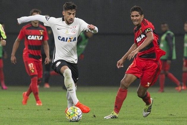 Camisa 1 do Corinthians em 2016 - Detalhe em preto na nuca e a listra preta desde a axila até a cinutra