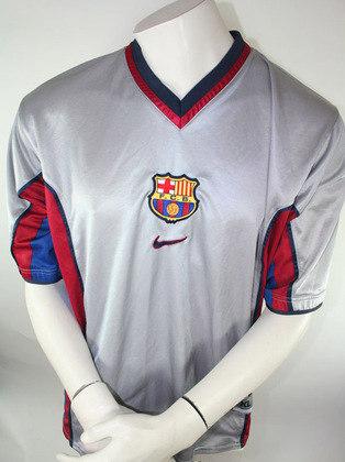 Camisa away Barcelona 2000/2001 - Camisa cinza não agradou muito aos torcedores na época
