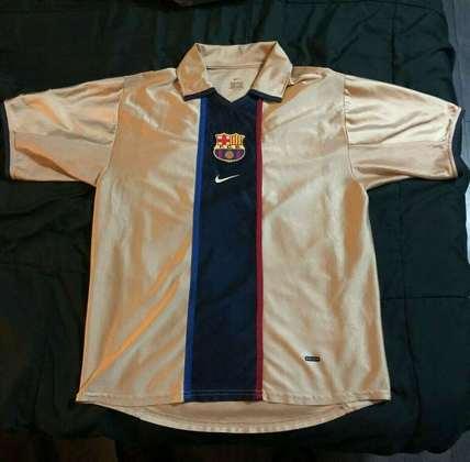 Camisa away Barcelona 2001/2002 - O dourado não caiu muito bem e não combinou com o restante do uniforme, que às vezes era usado com o calção na cor vermelha
