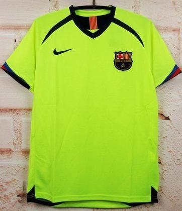Camisa away Barcelona 2005/2006 - Apostando no amarelo-fluorescente, a camisa marcou época no clube catalão