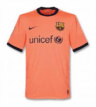 Camisa away Barcelona 2009/2010 - Em 2009 o Barcelona teve uma camisa na cor salmão. O uniforme ficou marcado pela conquista do título mundial contra o Estudiantes, onde Messi marcou o gol do título com o peito