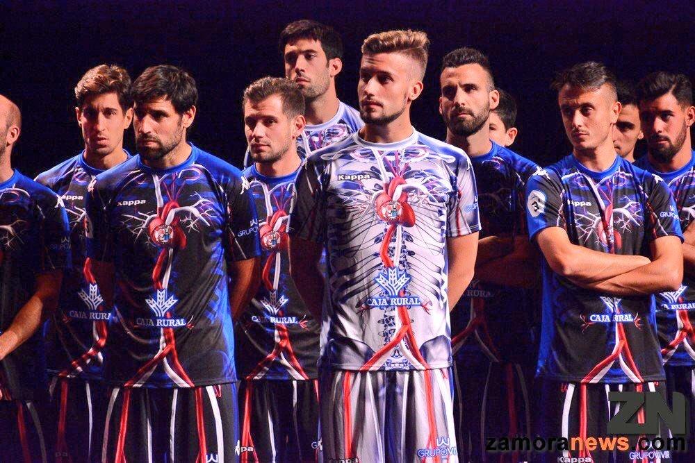 Bizarro! Clube espanhol anuncia nova camisa e  põe coração  em jogo ... 53b56f486a6b9