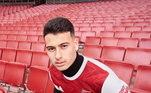 O Arsenal traz uniforme com predomínio do vermelho-escuro, a camisa ainda tem detalhes em branco, como a gola e as mangas