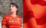 Fugindo do comum, o Internacional traz a camisa com uma versão inspirada no pôr do sol do Rio Guaíba, com elementos gráficos atuais em pinceladas vermelhas horizontas sobre a cor laranja, remetendo ao movimento das águas. A gola V também é em laranja. Um belo uniforme!