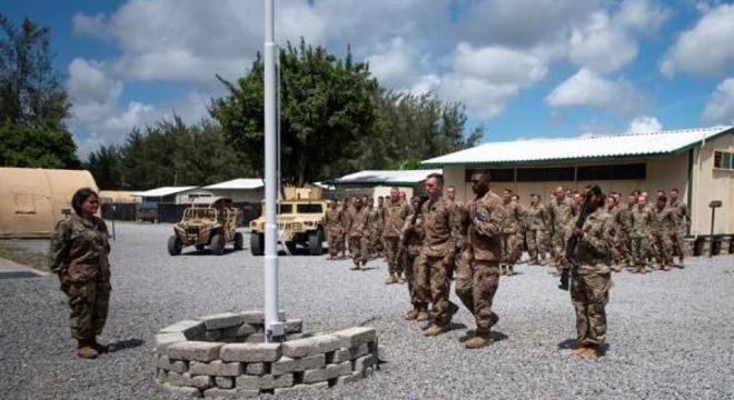 Aviadores da Força Aérea dos EUA realizam cerimônia em base atacada no Quênia