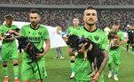 A Federação de Futebolda Romênia decidiu que até o final desta temporada os jogadores entraramcarregando cachorros vítimas de abando, em uma campanha de conscientização sobreo abandono de animais no país, além do incentivo à adoção