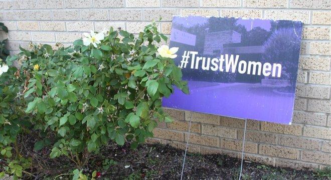 Campanha pró-direitos reprodutivos na frente da clínica; tema gera cada vez mais polarização