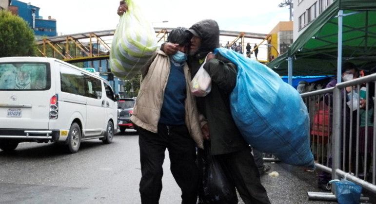 Moradores de rua de La Paz, na Bolívia, celebram a ajuda recebida