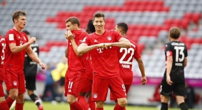 Lewandowski marcou 2 gols na viória por 5 a 0 sobre o Dusseldorf, neste sábado (30)