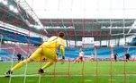 RB Leipzig, vice-líder do Campeonato Alemão, venceu por 2 a 0 o Stuttgart, neste domingo (25), adiando a definição da competição e ficando a um ponto da vaga na próxima edição da Liga dos Campeões da Europa. O Bayern de Munique terá de esperar ao menos mais duas semanas para conquistar o eneacampeonato nacional