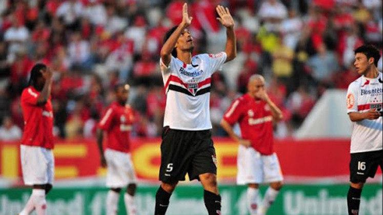 Campeonato Brasileiro (2010) - Quatro anos após ser campeão da Libertadores pelo Internacional, o ídolo Colorado, Fernandão, estava do outro lado. Em 23 de maio de 2010, o atacante jogou no Beira-Rio como adversário, pelo São Paulo. Ele ele  fez um dos gols na vitória dos paulistas por 2 a 0
