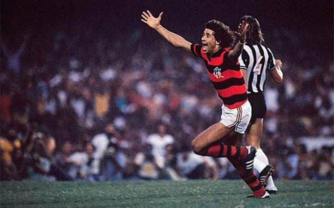 Campeonato Brasileiro de 1980: Nunes comemora um dos gols da vitória por 3 a 2 sobre o Atlético-MG, no primeiro título nacional rubro-negro