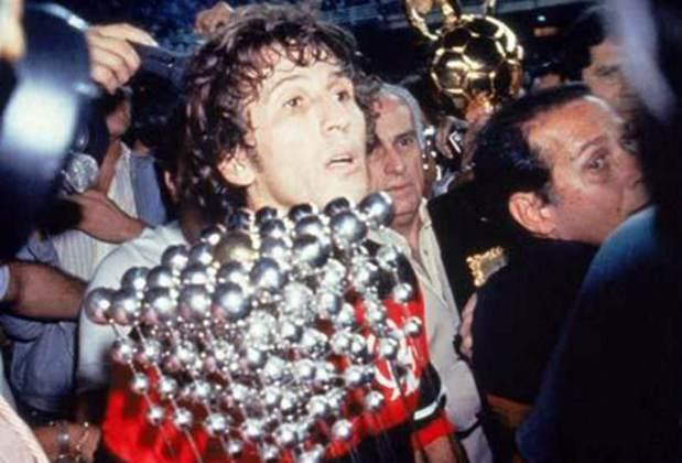 Campeonato Brasileiro de 1983: Zico com o troféu após o Flamengo bater o Santos na decisão no Maracanã