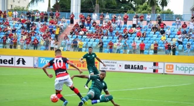 CAMPEONATO GOIANO - O Atlético-GO deu um importante passo rumo ao título do Campeonato Goiano. O Dragão venceu o Goiás por 3 a 0, no Olímpico, levando grande vantagem para o jogo da volta, que vai acontecer no próximo domingo no mesmo local. Os rubro-negros podem perder até por dois gols de diferença no jogo da volta que fica com o título. O Esmeraldino precisa fazer quatro gols para virar o placar agregado, e uma vitória de 3 a 0 leva a decisão para os pênaltis. (Divulgação)