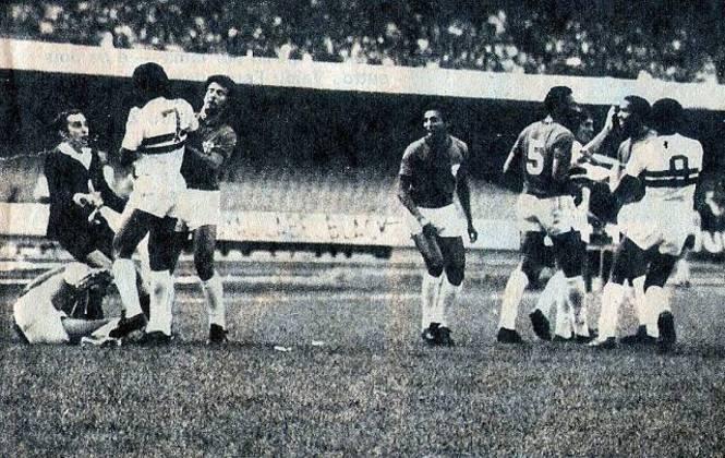 Campeonato Paulista 1975 - São Paulo x Portuguesa - campeão: São Paulo. Após duas vitórias para cada por 1 a 0, o título estadual foi decidido nos pênaltis e o Tricolor levou a melhor.