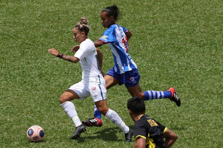 Lance da partida entre as equipes do Santos e do Nacional