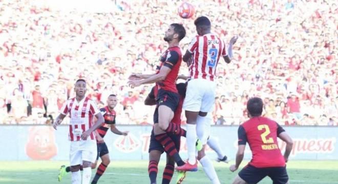 CAMPEONATO PERNAMBUCANO - O Sport foi cirúrgico e derrotou o Náutico na primeira partida da final. Com o placar por 1 a 0, o Leão joga por um simples empate para ficar com o 42º título estadual. Para o Timbu, só resta vencer por dois gols de diferença na Ilha do Retiro, no próximo domingo, às 16h. (Foto: Léo Lemos/Náutico)
